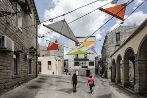 """Le """"vele"""" di Renzo Piano e dello studio Alvisi Kirimoto + Partners in piazza Faber, a Tempio Pausania"""