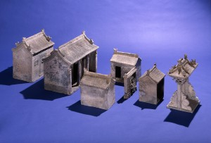 Un modellino di un gruppo di case, scultura funeraria di epoca Ming. © Trustees of the British Museum