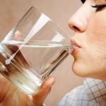 Bere acqua e idratarsi