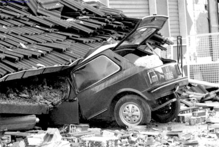 Un'auto coinvolta nel crollo della copertura di un edificio