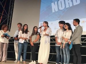 Michela Andreozzi con i ragazzi della giuria durante la premiazione