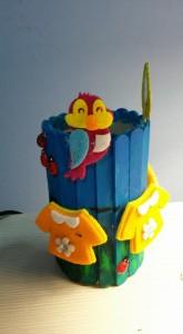 Trilussa diceva che in fondo la felicità è una piccola cosa...Se nel 2005 mi avessero detto che un giorno avrei costruito un portapenne  con i bastoncini dei ghiaccioli insieme alla mia bambina, non ci avrei mai creduto. Non avrei mai pensato potesse esserci il motivo di base per poter costruire un portapenne che rappresenta un prato con uccellini, coccinelle e panni stesi. Sapete cosa mi piace, a volte? Sbagliarmi.