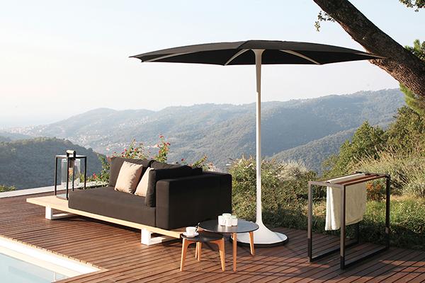 Palma è l'ombrellone automatico di Royal Botania (www.royalbotania.com). Una rivoluzione per il terrazzo e il giardino: non sarà più necessario aprirlo e chiuderlo, basta stare a un passo di distanza e lasciare che il meccanismo brevettato faccia tutto da solo