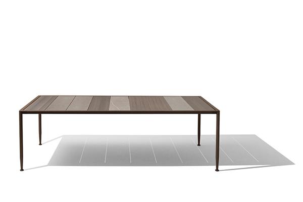Rende omaggio al rigore geometrico la serie di tavoli rettangolari e quadrati Gea di Giorgetti (www.giorgetti.eu). Design: Chi Wing Lo