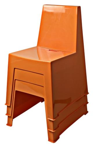 La seduta per esterni Kidding di Creativando, nella versione arancione impilabile