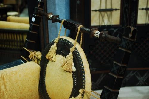 Particolare di coppia di sedie, legno, pergamena, rame, metallo e osso, h cm 110