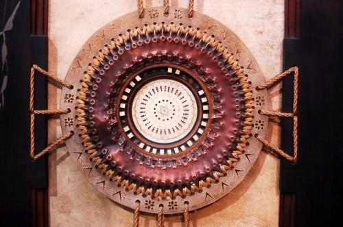 Particolare di doppia porta, legno, pergamena, rame, metallo, vetro e osso, cm 277 x 52