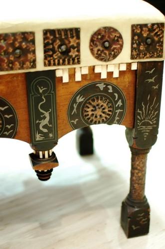 Particolare di tavolo quadrato, legno, rame, metallo e osso, cm 58 x 59