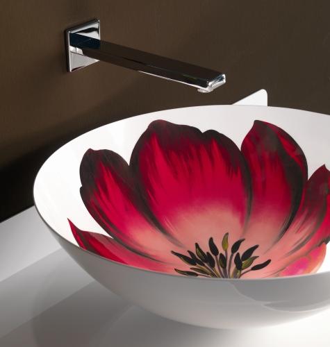 Un grande tulipano per il lavabo della collezione Aranel di BMood