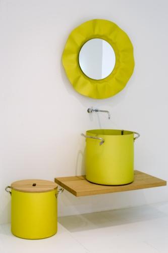 Un bagno originale e non solo per il colore sgargiante. Il lavabo è infatti una pentola. Da Rapsel