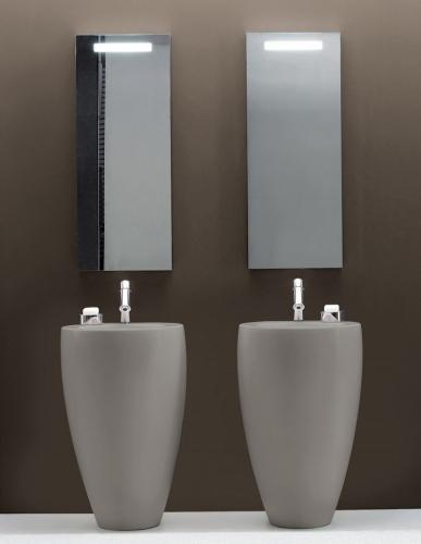 Un dettaglio de Il bagno di Alessi: luci integrate nello specchio e lavabi ovoidali
