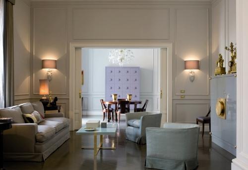 Interior design: Mario Bottiglieri. Salone. Pavimento a doghe in legno. Tavolo e divani sono realizzati su disegno di Mario Bottiglieri