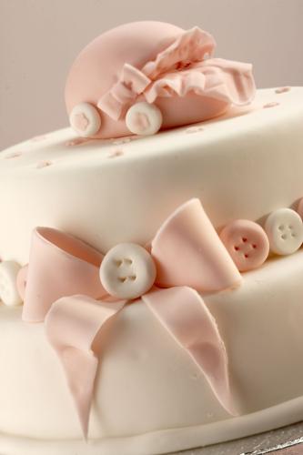Una torta in bianco e rosa per accogliere la nuova arrivata