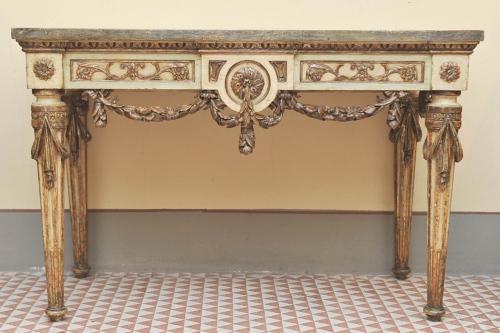 """Consolle laccata della fine del XVIII secolo, presentata dalla Galleria """"Le Due Torri"""" di Noceto, Parma. Si tratta di un pezzo proveniente dalla Reggia di Colorno."""