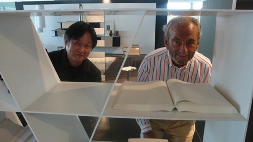 Piero Ambrogio Busnelli, fondatore di B&B Italia nel 1966, con il designer Naoto Fukasawa