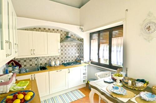 La sua cucina, nell?attico e superattico dove abita in una strada residenziale di Roma nord, non è grande ma è luminosa