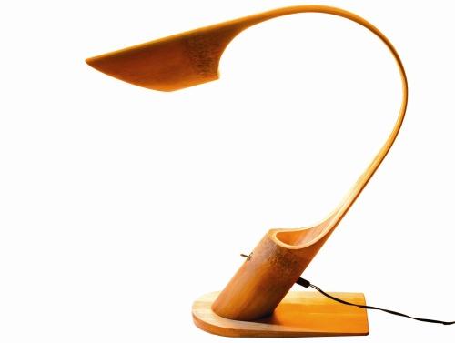 La lampada Bo di Andrea Norhona è ricavata da<BR>un unico pezzo di bambù; <BR>i nodi della pianta offrono l?alloggiamento della sorgente luminosa. Ogni modello è un pezzo unico <BR>per formato e caratteristiche