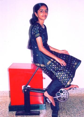La lavatrice a pedali di Reyma Jose&nbsp; risponde a un tipico problema indiano: i ricorrenti black out energetici. <BR>La struttura è composta<BR>da un cilindro, una catena<BR>di bicicletta, due pedali <BR>e un sellino. Per un bucato completo occorre pedalare&nbsp; almeno dieci minuti
