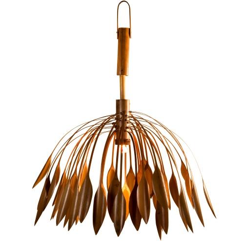 Il lampadario Singing di Rajiv Jassal è una struttura mobile <BR>in bambù che crea un divertente gioco di suoni e moviment