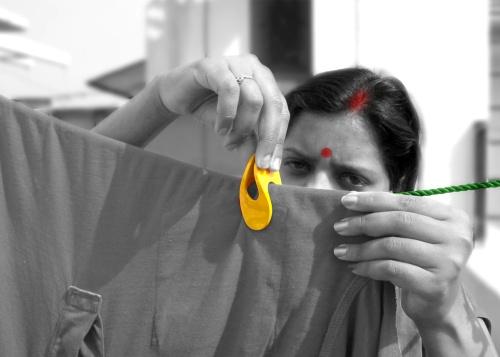 Clip è una molletta in un unico pezzo di polietilene: dura di più ed è più facile da riciclare. <BR>Di Paul Sandip, che ha <BR>anche ideato una versione <BR>usa e getta del vaso rituale Lota
