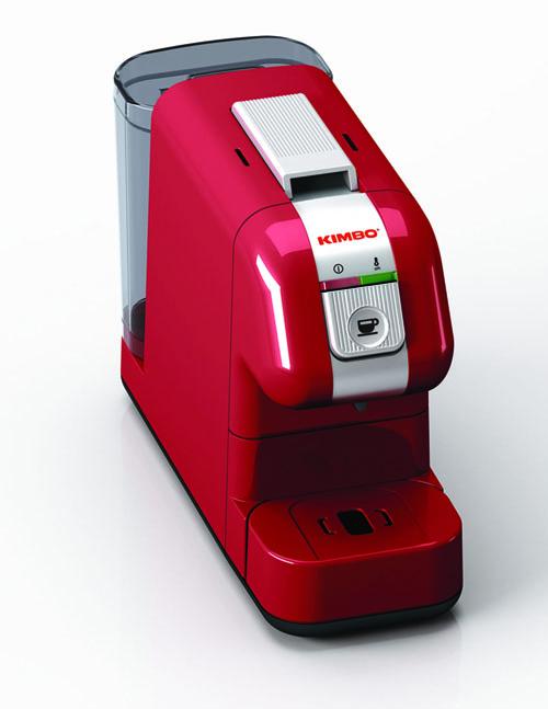 Per chi in casa deve fare i conti con lo spazio c'è Kompatta, la macchina per caffè a capsule larga solo 13,5 centimetri. Di Kimbo <br>in collaborazione con Gaggia 129 euro. Kimbo