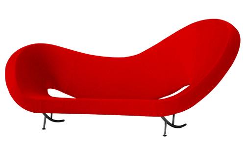 Dalla collezione Victoria and Albert disegnata per Moroso da Ron Arad, un ampio divano-scultura con schienale asimmetrico. Il rivestimento, in 100 per cento lana vergine, è sfoderabile. 9.305 euro. Su Made in design