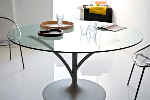 Si chiama Acacia e cita le forme degli alberi il tavolo di Calligaris <br>che grazie al piano tondo mette sempre a proprio agio gli ospiti, anche quando sono dispari. 820 euro, Calligaris