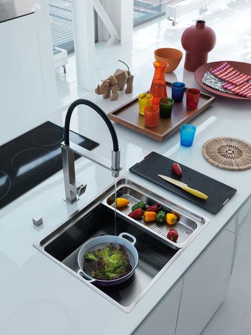 Franke invece ottimizza lo spazio con soluzioni trasformiste. In foto la zona lavaggio si chiude e diventa un pratico piano da lavoro