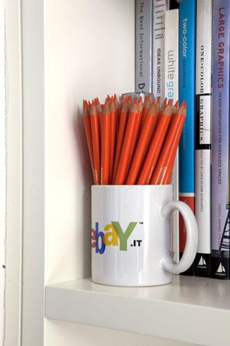 Più che una passione, una fissazione: portapenne ?seriali? con dentro matite o penne tutte uguali, stesso colore e appuntatissime, sono disseminate per la casa. «Ne ho un po? anche in studio», minimizza Linus. Non è chiaro chi faccia la punta alle matite