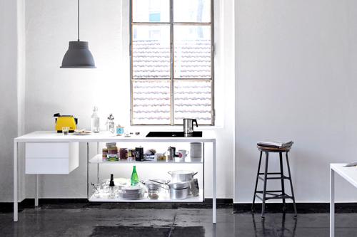 Helsinki Kitchen di Desalto: la scrivania ha una piastra a induzione per cucinare
