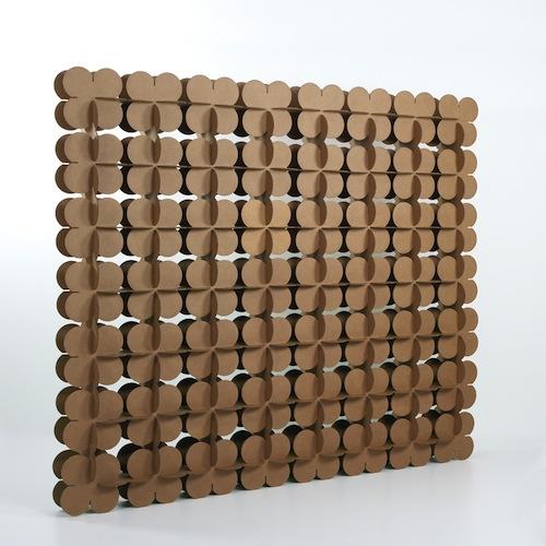 Parete divisoria realizzata con elementi ad incastro in cartone ondulato. Di Kubedesign