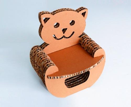 Stregagatto di Tonelli: poltroncina per bambini, con lo schienale a forma di gatto. In cartone alveolare con sistema a incastro senza collanti