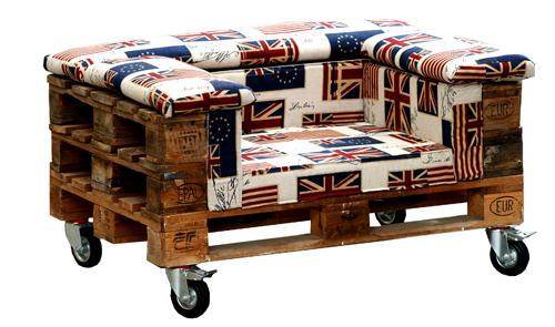 Un esempio di re-use: dai bancali in legno dismessi nasce una poltrona su ruote dal sapore british. Prodotta da Dialma Brown, la struttura lignea è rivestita di tessuto