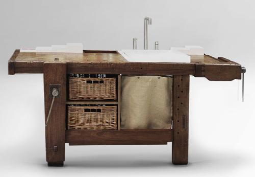«Recuperare un vecchio tavolo da falegname». Così ha pensato Giovanni Busetti, che ha ideato il mobile bagno per Rexa Design. Contiene lavatoio e lavabo, è in legno e kolakril, mix di resina e minerali