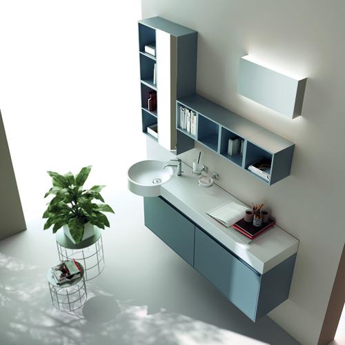 Moduli libreria, lavabo integrato, specchi e luci, nell'ambientazione Scavolini Blu