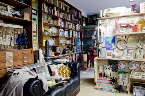 Barnaba Fornasetti abita in una casa di 400 piani su due pieni, per una casa piena di oggetti e opere realizzate dal padre Piero