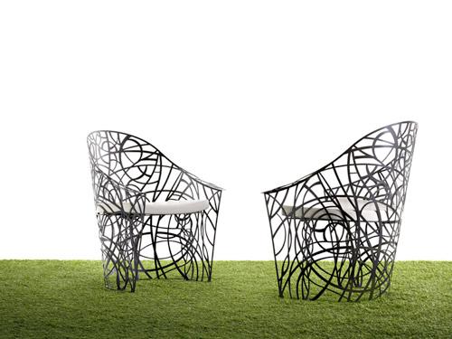 Radici, la seduta progettata da Patrizia Pozzi per De Castelli. Fatta di elementi naturali, ospita le piante rampicanti