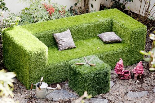 Divano fatto di erba e fiori. Design Patrizia Pozzi
