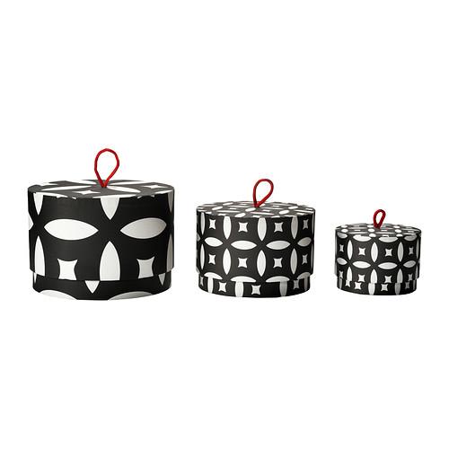 Per la sorella o l'amica disordinata ma piena di oggetti, un invito a fare ordine: le scatole di Ikea. Il set da 3 costa 17,90 euro