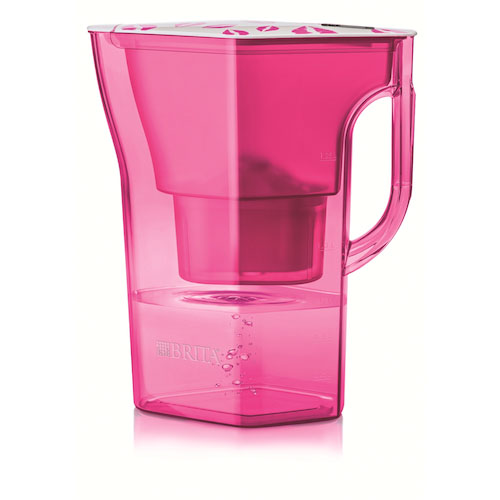 Rosa e con tante labbra stampata, la caraffa filtrante di Brita costa 19,90 euro
