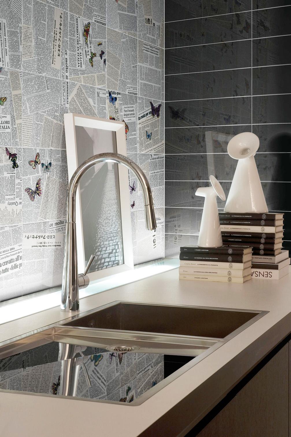 I giornali a parete, nelle piastrelle di Ceramica Bardelli