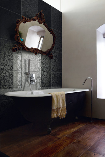 Dream Forest di Ceramica Bardelli: in bicottura, realizzato in   serigrafia, disponibile in versione bianco o nero, finitura lucida   oppure opaca. Formato cm 40x40. Design Tord Boontje