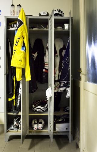 Le sneakers messe in fila nell'armadio, che insieme alle bici svelano un?altra grande passione, lo sport, a cui è dedicato il piano inferiore della casa