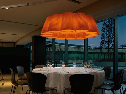 Florinda di Modoluce, luce a sospensione componibile: si possono infatti scegliere il numero dei paralumi. E il diametro arriva fino a 153 centimetri