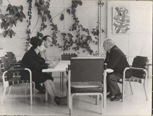 """1964: questa è una bellissima foto, scattata da uno degli architetti dello studio di Alvar Aalto. Milena ed io andammo, giovanissimi, da Aalto a Helsinki, che allora era il centro dell'architettura, a chiedergli se era disponibile per realizzare la seconda ala del museo degli Eremitani a Padova. Lui rispose di sì. Poi furono i politici che non capirono l'importanza di questa opportunità e non se ne fece niente. Peccato.&nbsp;   <style type=""""text/css"""">P { margin-bottom: 0.21cm; }</style>"""