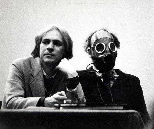 """Mi presentai con la maschera in occasione di un convegno sull?architettura post - moderna nel 1977 a Parigi alla Salpetriere. Indossai la maschera per l'""""aria irrespirabile"""" che si trovava in quel convegno: i relatori, quattro o cinque in tutto insieme a me, sostenevano l'architettura post moderna, un ritorno sterile al passato, nell'impossibilità di guardare al futuro e di innovare. Tra i presenti al convegno c'era anche un giovane architetto, che sarebbe diventato poi Jean Nouvel. Gli altri relatori, vedendomi così, non riuscirono più a parlare. Uno post moderno è Khoolas...&nbsp;<style type=""""text/css"""">P { margin-bottom: 0.21cm; }</style>"""