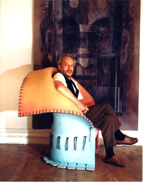 Gaetano Pesce seduto su I Feltri, la poltrona in feltro e resina prodotta da Cassina