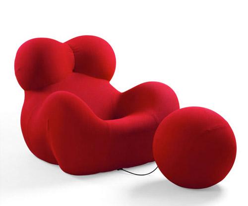 L'icona di Gaetano Pesce, la seduta Up5, con il pou Up5, realizzata nel 1969: è il simbolo della donna con la palla al piede, prigioniera dei pregiudizi dell'uomo. La poltrona è in schiuma di poliuretano flessibile, e si espande quando viene aperta la confezione. Produzione B&B Italia