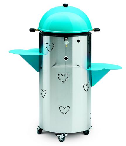 Disegnato dalla stilista Agatha Ruiz de la Prada per Palazzetti: è Joysteak, il barbecue a gas gpl, con coperchio e piani in vari colori, <br>dal bluette (in foto) al fucsia. Con vano interno porta-bombola, <br>può essere trasportato facilmente grazie alle ruote. 575 euro