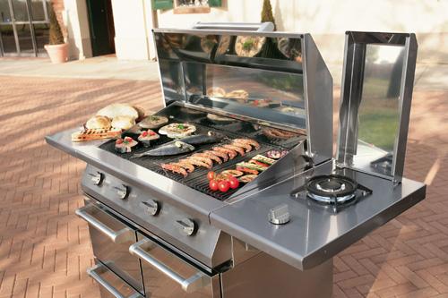 Ampia superficie di cottura nel barbecue a gas Caddie di Steel. Con 3 o 4 bruciatori, ha anche un ulteriore fuoco laterale per la preparazione <br>di salse e condimenti. 3.324 euro